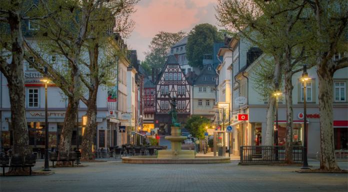 Neumarkt in Limburg an der Lahn mit Blick auf den Georgsbrunnen. © Marco Kröner Photographie