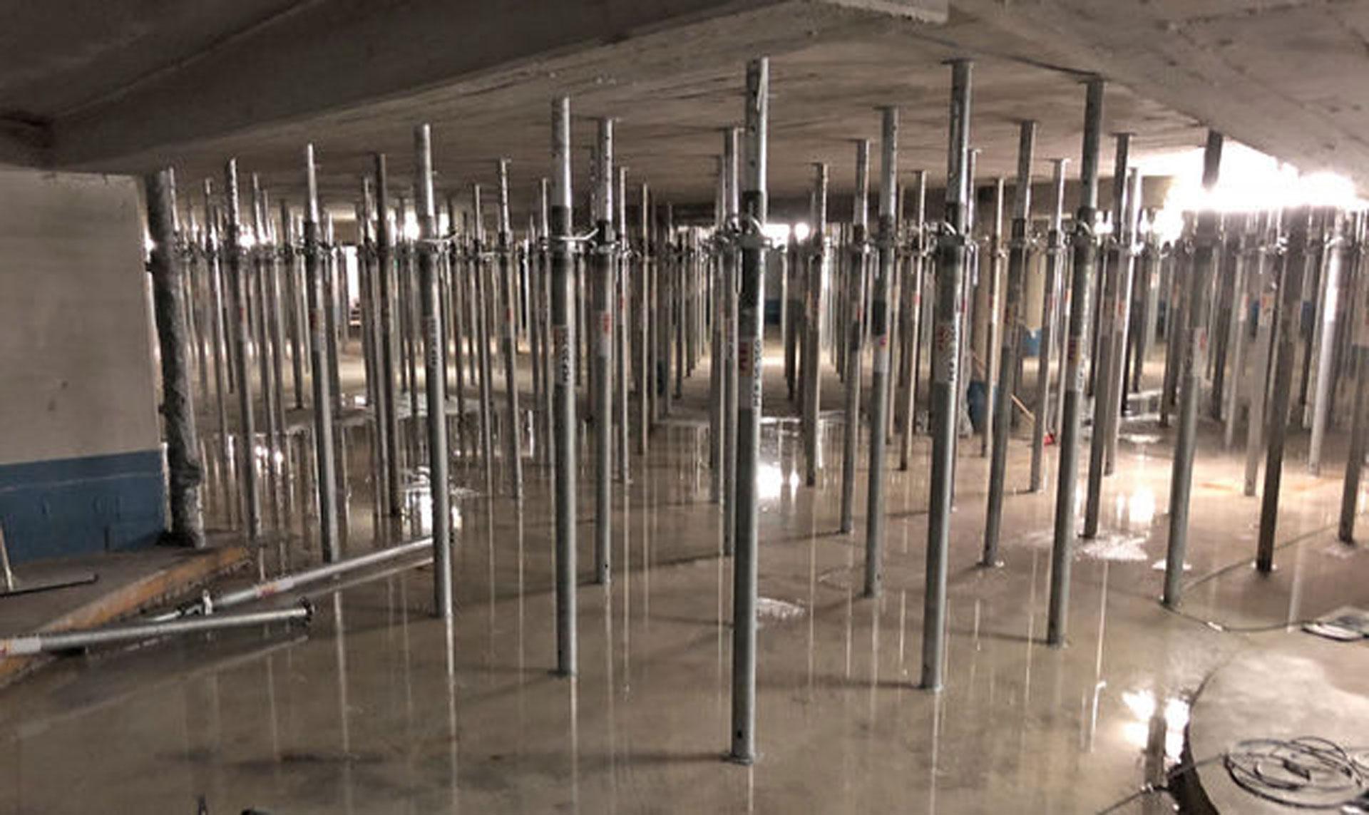 Die Decke musste mit 1.000 Stahlstützen gesichert werden. © Chimcon