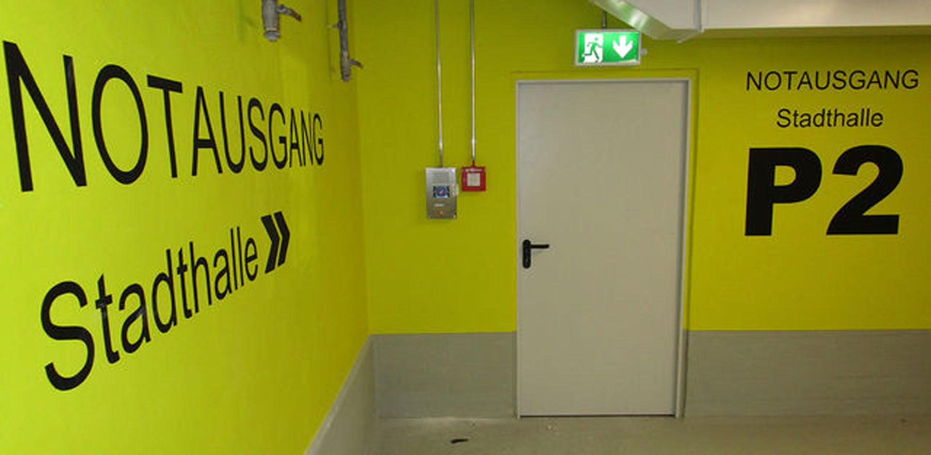 Bessere Orientierung durch großflächige Hinweise. Alle Ausgänge sind mit Notrufmeldern ausgestattet. © limburg.de