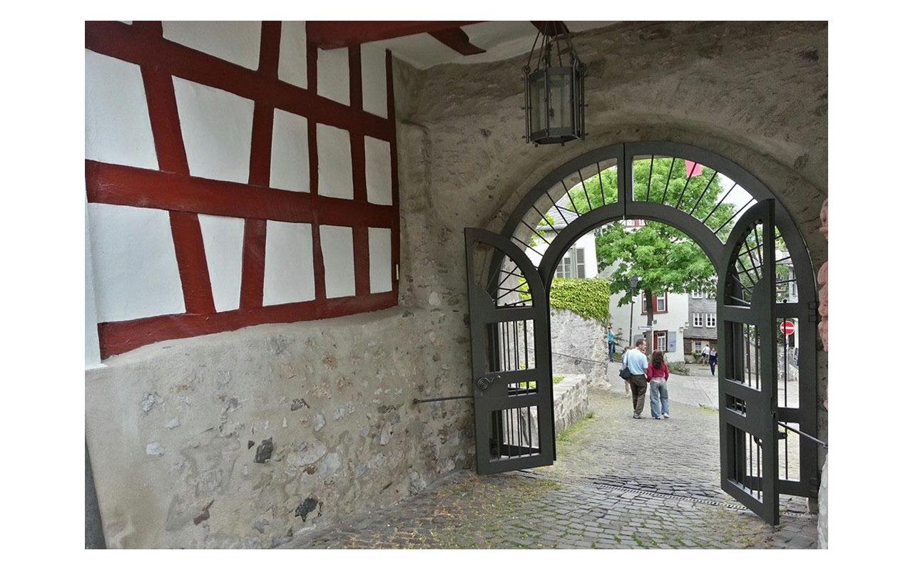 Eingang zum Diözesanmuseum am Domberg. Dahinter ist die Bischofsresidenz, die für die Öffentlichkeit ab dem Frühjahr 2019 offen steht. © Lilly Moments