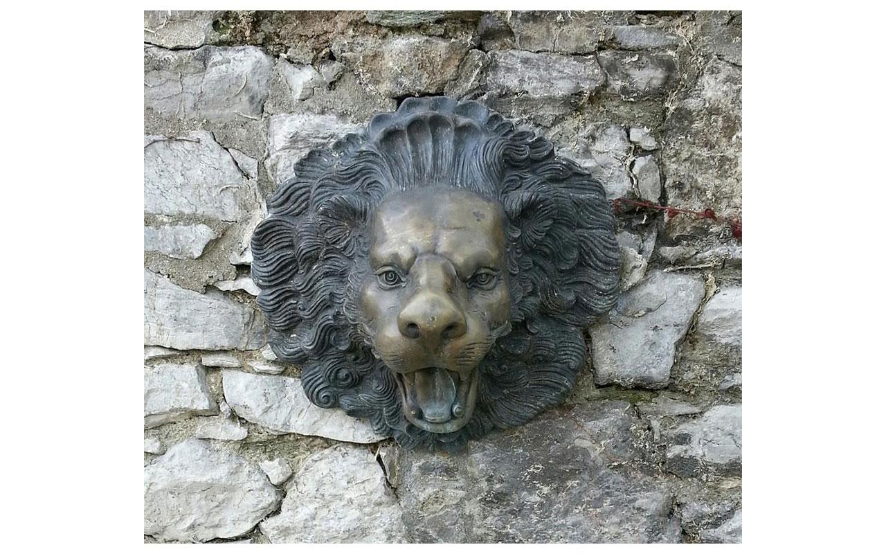 Löwenkopft an der Natursteinmauer des Diözesanmuseums. © Lilly Moments