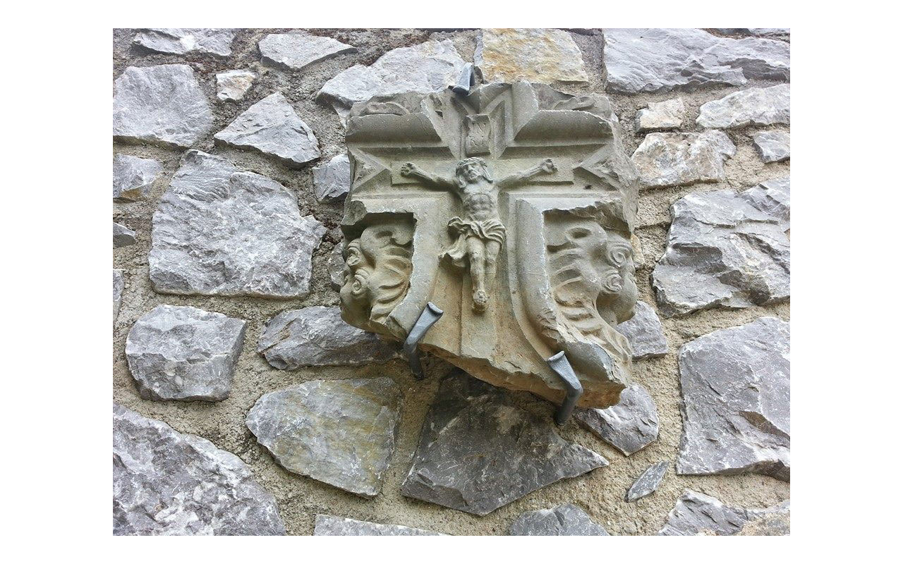 Kreuz aus Stein an der Natursteinmauer des Diözesanmuseums. Ursprünglich Teil eines Bauwerks. © Lilly Moments