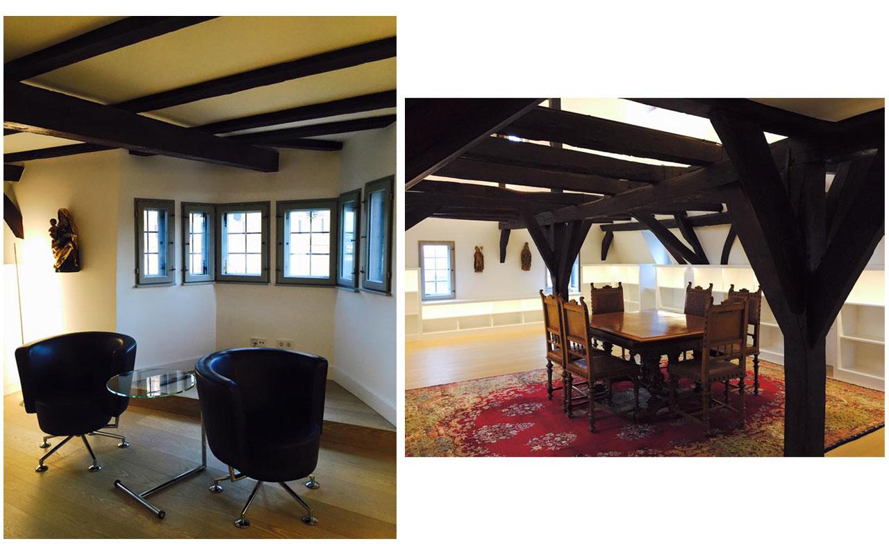 Links Sessel und rechts Tisch in der Bibliothek der alten Vikarie. © Lilly Moments
