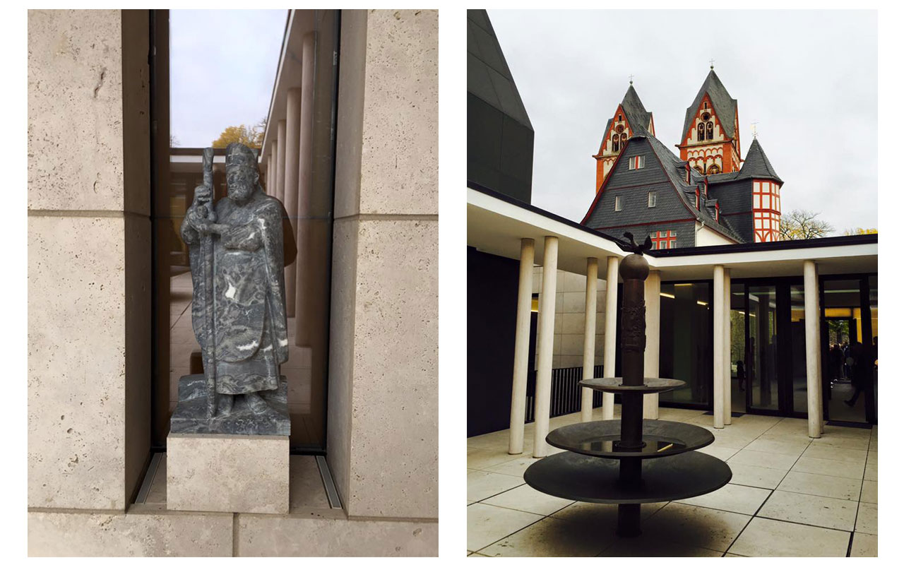 Links Skulptur eines Bischofs im Zugang zu dem Innenhof mit Brunnen. Rechts wie ein klösterlicher Kreuzgang mit Brunnen erscheint dieser Innenhof. © Lilly Moments