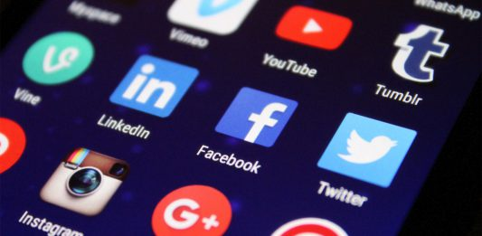 Screen mit Social Media Touch Icons. Folgt uns in sozialen Netzwerken. | Neues Limburg