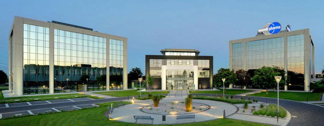Zwischen den beiden Verwaltungsgebäuden, die von der Stadt (VG II links) und dem Bistum (VG I rechts) genutzt werden, befindet sich das Conference Center (CC), das verkauft werden soll. © Mundipharma