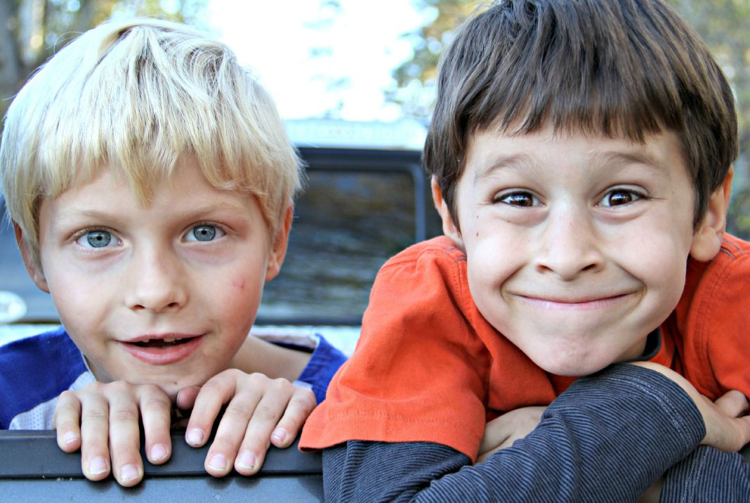 Zwei Jungs (Rotzlöffel) ziehen Grimasse: