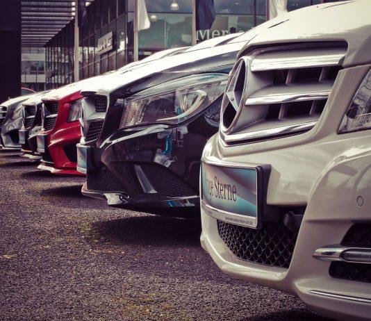 Mercedes stehen auf dem Verkaufshof eines Mercedes-Autohauses. Zulassungen von Dieselfahrzeugen sind kaum gesunken. | Neues Limburg