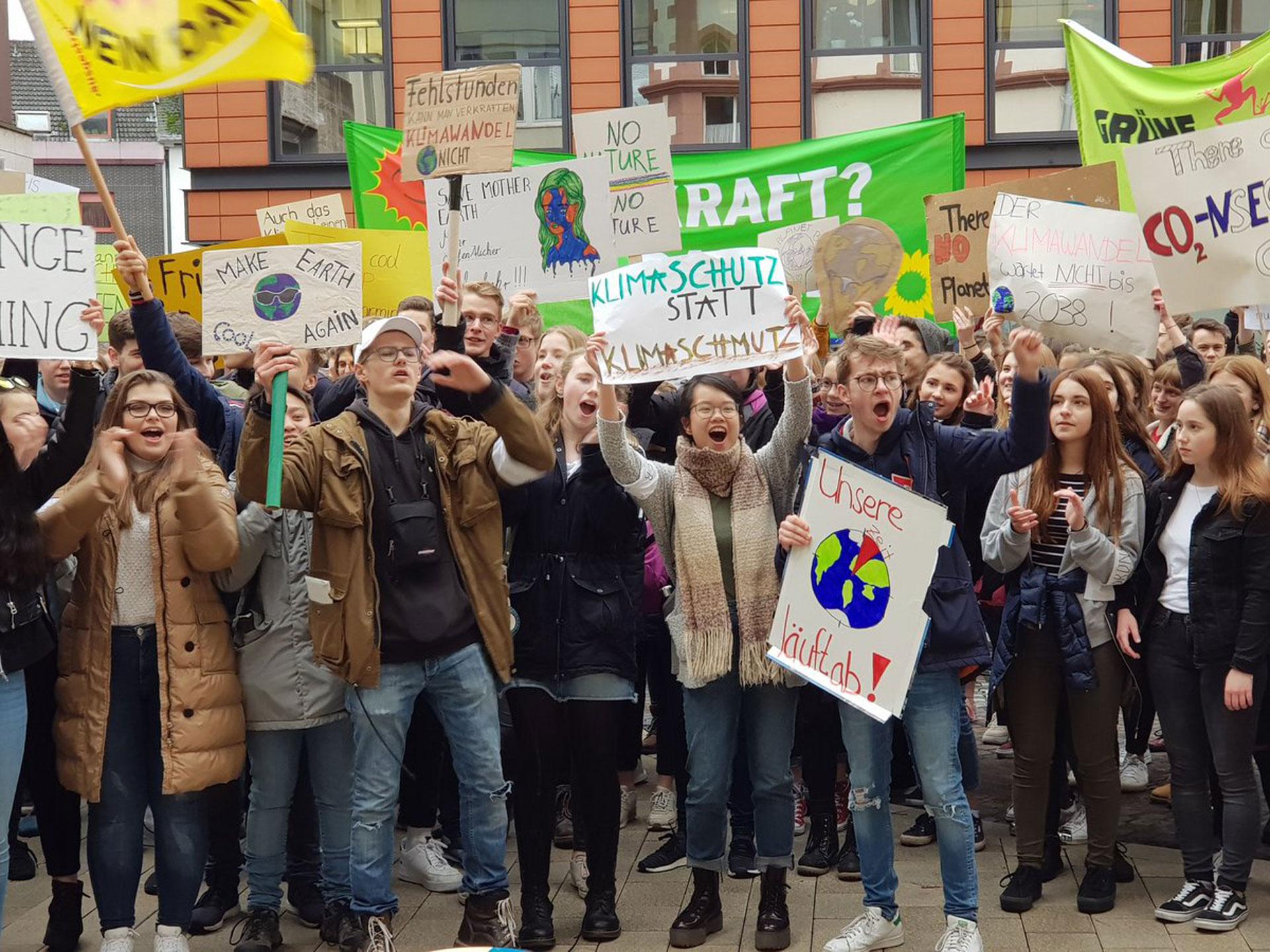 In Limburg sind am vergangenen Freitag 300 Schüler für den Klimaschutz auf die Straße gegangen. Sie folgen damit dem Beispiel der 16-jährigen Greta Thunberg aus Schweden. © Heike Lachnit (HL-journal.de)In Limburg sind am vergangenen Freitag 300 Schüler für den Klimaschutz auf die Straße gegangen. Sie folgen damit dem Beispiel der 16-jährigen Greta Thunberg aus Schweden. © Heike Lachnit (HL-journal.de)