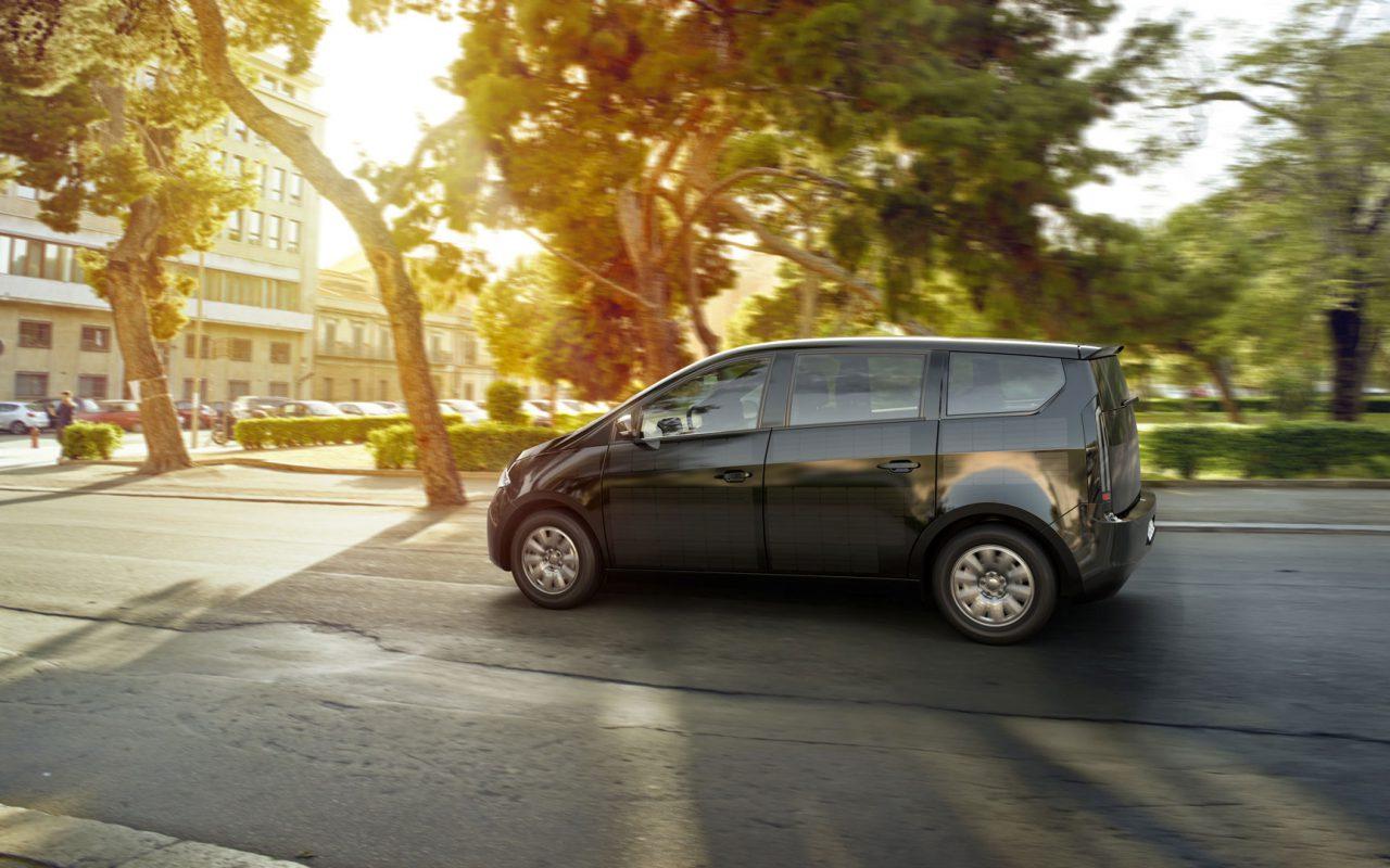 Das erste seriengefertigte Elektroauto, dessen Batterie sich auch durch die Sonne aufladen lässt. So sieht der Sion von Sono Motors links aus. © Sono Motors