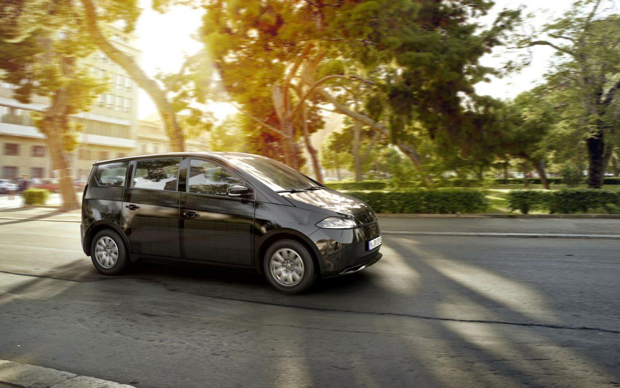 Das erste seriengefertigte Elektroauto, dessen Batterie sich auch durch die Sonne aufladen lässt. So sieht der Sion von Sono Motors von der Seite aus. © Sono Motors