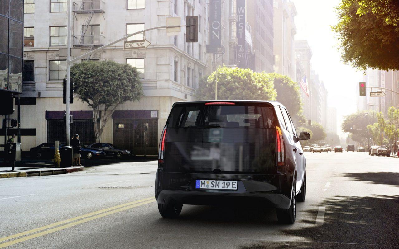 Raumwunder: Komfortabler Innenraum mit viel Platz für die Familie. Anhängerkupplung für Urlauber und Heimwerker. Und ein großzügiger Kofferraum für den Wochenend-Einkauf. Und das für nur 25.500 €. © Sono Motors