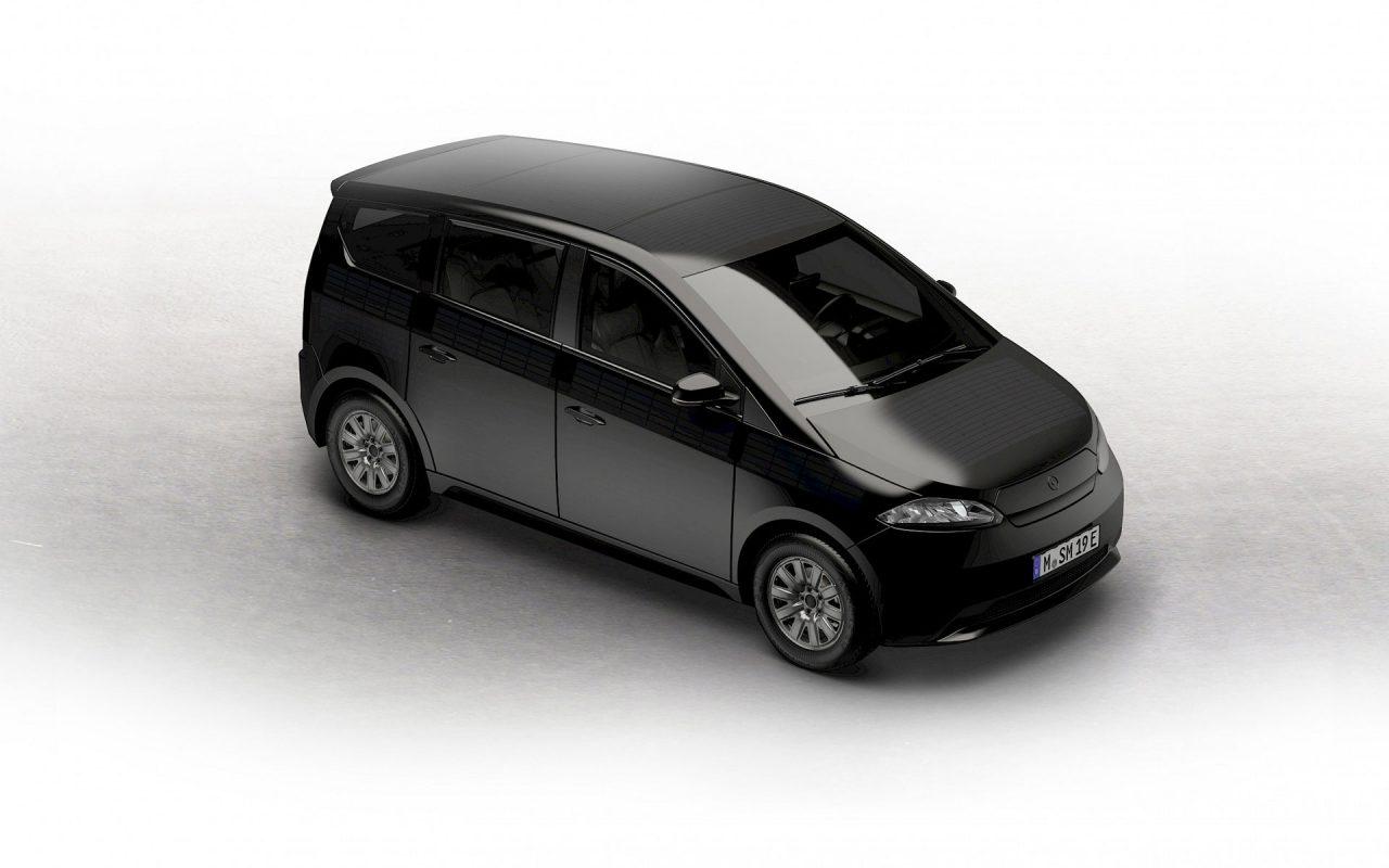 Fast unsichtbar: Wir haben eine Technologie entwickelt, die es uns erlaubt, Solarzellen vollflächig in die Fahrzeugoberfläche zu integrieren. Langlebig, kratzfest und effizient. © Sono Motors