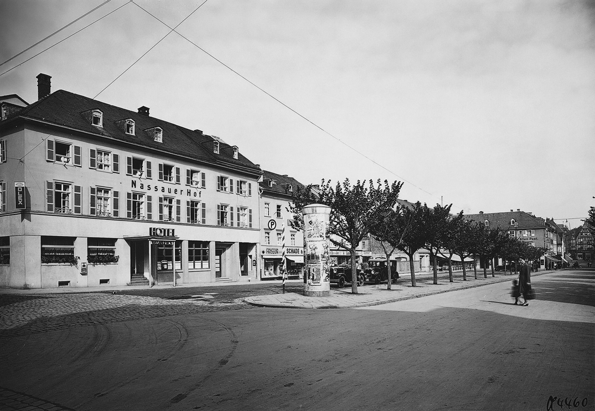 Der Neumarkt um 1930. Damals noch mit dem Nassauer Hof am Platz. Auf dem Foto erscheint der Platz schöner, als wie er heute ist. Quelle: Landesamt für Denkmalpflege Hessen.
