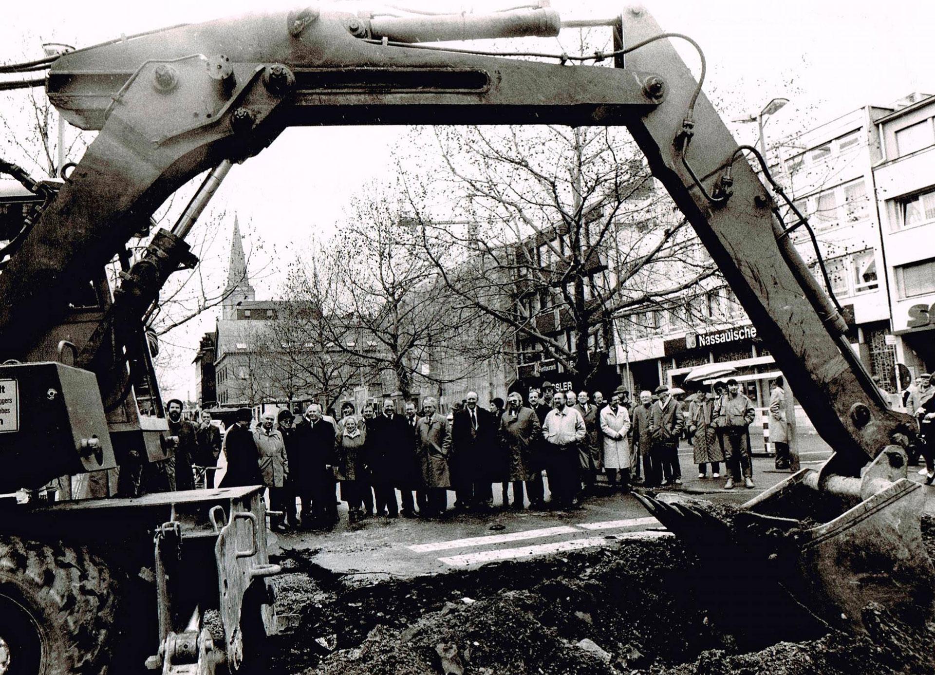 Vor 30 Jahren Spatenstich für die Neugestaltung des Neumarkts. 1987 dachte keiner der Stadtpolitiker, dass sich das Ereignis so schnell wiederholen würde. © Dieter Fluck