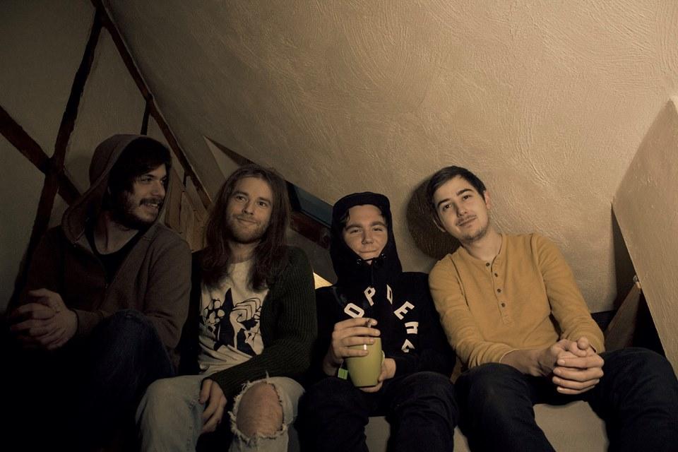Sie machen Grunge, Pop und Punk. Mit rohen Riffs, knarzigem Bass und treibenden Drums verbinden Far Beneath verträumten Sound mit grooviger Härte. © Far Beneath