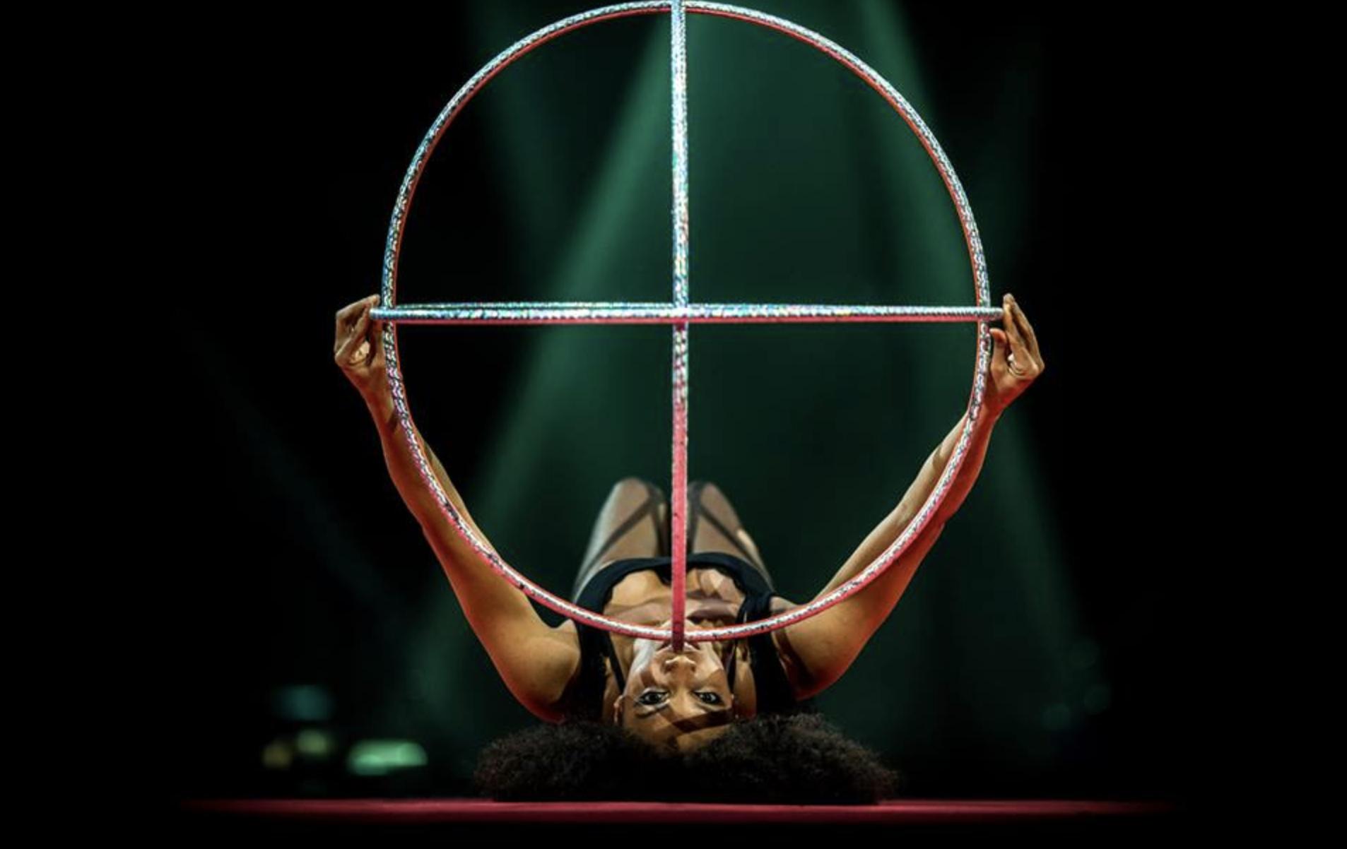 Michele Frances Clark fährt keine heiße Reifen, sondern dreht sie durch die Luft, lässt sie auf ihren Hüften kreisen und fängt sich am Ende selbst in einem Käfig aus Ringen. © Michele Clark