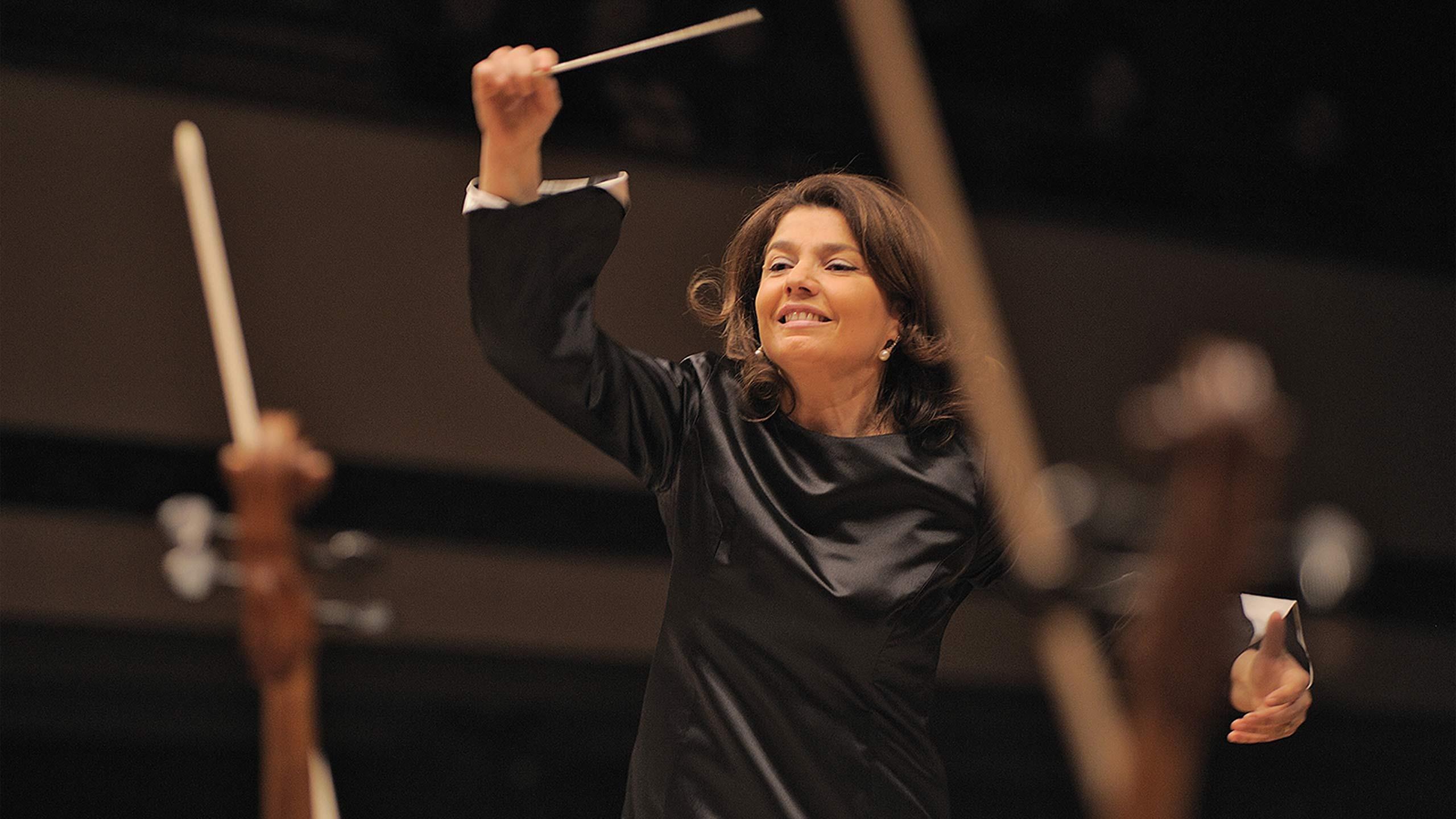 Ljubka Biagioni zu Guttenbeg hat ihre Ausbildung als Chor- und Orchesterdirigentin mit Auszeichnung bestanden und hat bereits zahl-reiche internationale Konzerte dirigiert. © Ljubka Biagioni zu Guttenbeg