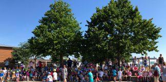 200 Kinder der Pfarrer-Toni-Sode-Grundschule in Nentershausen haben bei einem Sponsorenlauf 4.800 Euro erlaufen. 2.400 Euro gehen für das #TeamMathilda an die Dehrner Krebsnothilfe. © Luís Matos