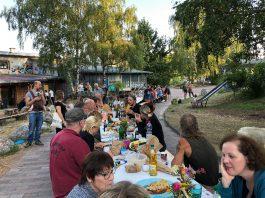 """Knapp 100 Gäste trafen sich im alten Kalkwerk zwischen Limburg und Diez, um unter dem Motto """"Die lange Tafel"""" gemeinsam zu essen. Die Atmosphäre war insgesamt harmonisch und schön. © Luís Matos"""